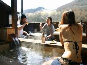 温泉露天風呂に入りながら、バーベキュー。※水着は撮影の為です