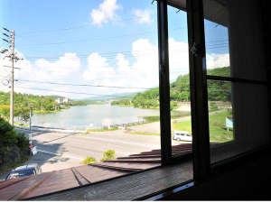レイクサイド ホステル ジル 白樺湖:誰もが使用できる図書館からの眺め。白樺湖が煌めき雰囲気◎