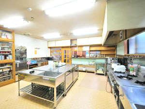 レイクサイド ホステル ジル 白樺湖:持ち寄った食材を調理でき、皆でワイワイ作れる。冬季の鍋やすき焼きは最高!