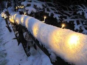 東急リゾート蓼科 ペンション ベルクコット: 灯りは玄関まで続く。凍りつく様な夜も暖かさを感じる事があり、雪が全てを美しく見せてくれます。