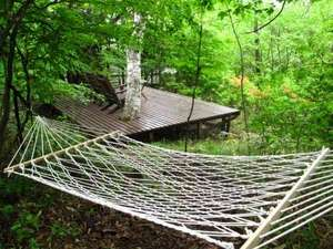 東急リゾート蓼科 ペンション ベルクコット:550坪の広い庭にはテラスや「森のハンモック」があります。森林浴に読書に!
