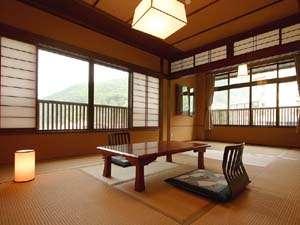 信州鹿教湯温泉 かつら旅館:*和室12畳(客室一例)/窓の外にはのどかな風景が広がっています。