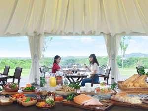 【ご朝食】360度パノラマを望む里山ラウンジでの楽しむグランピング朝食
