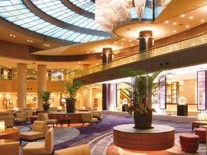 神戸ポートピアホテル:天井高17m、吹き抜けのシャンデリアが美しい、1階メインロビー