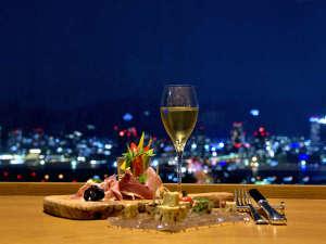 神戸ポートピアホテル:地上約100mの海の上、そこは神戸の夜景特等席。