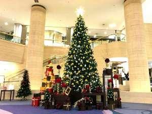 神戸ポートピアホテル:今年も登場!メインロビーに輝くクリスマスツリー♪