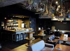 Tune Hakodate Hostel&Music Bal:バーカウンターからソファー席まで。お一人でもファミリーでも。