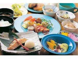ブロッサムホテル弘前:契約農家より届く野菜をふんだんに使った朝食。和・洋定食からお選び下さい(利用時間6:30~9:30)