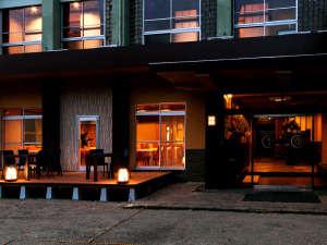 強羅源泉100%かけ流し お宿箱根八里の湯:*【本館】夜はライトアップされます。