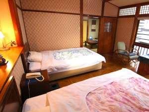 三朝温泉 古き良き湯の宿 木屋旅館:客室一例:【萩】 洋館風の明治の寝室と大正の和室、次の間から構成。客室が隣にない角部屋です。