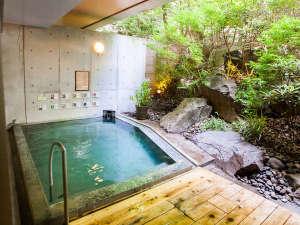 夏は深緑、秋は紅葉、冬は雪が舞う露天風呂温泉。季節ごとにお楽しみいただけます。