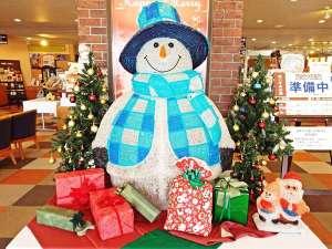 【冬】ロビーではおっきなスノーマンや楽しい仲間がみんなでお出迎え♪お子様方の人気者!