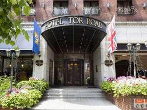神戸トアロード ホテル山楽(旧ホテルトアロード):ホテルの玄関には季節を感じる花壇とユニオンジャック、レトロな回転扉があります。