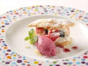 神戸トアロード ホテル山楽(旧ホテルトアロード):アルポルトディナー一例 【苺のミルフィーユミックスベリーソルベ添え】