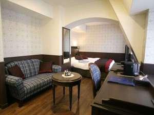 神戸トアロード ホテル山楽(旧ホテルトアロード):屋根裏チック&チェックのソファが可愛いプレミアキングルーム。