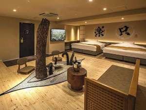 HOTEL THE Grandee心斎橋(ホテル ザ グランデ心斎橋):812号室『只楽』/一風変わった坪庭に『ディクソニア』の木がそびえ立つ。西畠清順氏プロデュースルーム。
