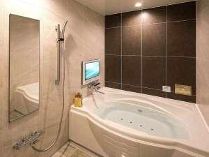 HOTEL THE Grandee心斎橋(ホテル ザ グランデ心斎橋):プレミアムTW/Kの浴室では、ブロア+マイクロバブルで身も心も癒される。浴室TVと浴室照明は全室完備。