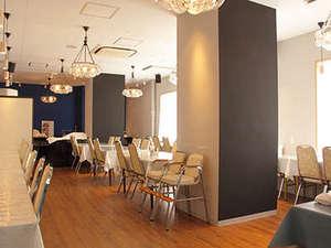 高松センチュリーホテル:朝日が差し込む明るいレストラン