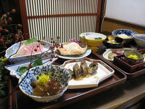 羽黒館:*【夕食例】地元の味覚にこだわったお食事をご用意致します。
