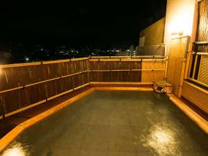 フォレストリゾート ホテル城山:夜の露天風呂は昼とは違った雰囲気をお楽しみいただけます。
