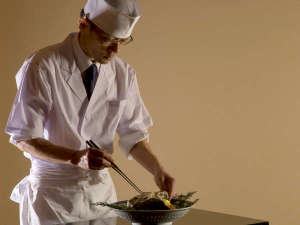 里村正志総料理長。JSAソムリエ資格と利酒師でもある。料理コンテスト全国準優勝の実績。