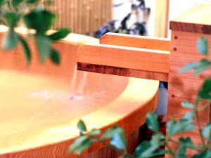 別棟にある貸切露天風呂は樽風呂岩風呂庭風呂みかげ風呂と4箇所も!