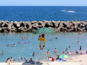 当館目の前の海水浴場にはライフセーバー常駐。安心安全の海水浴を。