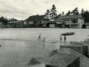 【戦後すぐの旅館裏手の海岸】昭和22年9月完成の防波ブロック(通称とうふ岩)が手前に見える。