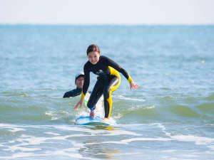 はじめてでも安心♪ホテル前ビーチで楽しめる「サーフィンスクール」