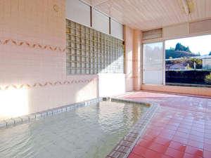 黒石温泉郷温湯温泉 山賊館:*大きな窓が開放的な大浴場。温泉浴を満喫できます。