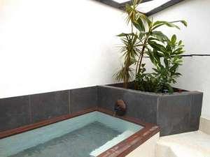 天然温泉付き海の見える宿 J-Garden(ジェイガーデン):無料貸切温泉家族風呂です。2013に完成しました。お風呂内には熱帯植物がジャングル風呂風で好評です。