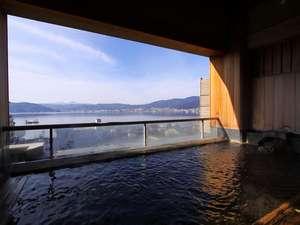 諏訪湖が望める展望露天風呂の宿 油屋旅館:澄んだ空気に広がる諏訪湖と山々の景色。冬の露天風呂