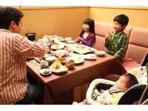 グリーンピア大沼:お食事会場「レストランはまなす」 ご家族でもゆったりとお過ごしいただけます。