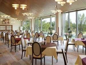 ホテルG-styleジースタイル(旧ダイヤモンド佐用):レストランの一面窓の外にはゴルフコースが広がる。