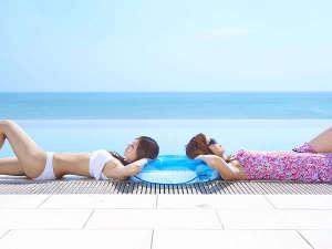 琉球温泉 瀬長島ホテル:絶景インフィニティプール♪ご宿泊のお客様は無料でご利用できます。