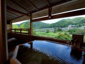 湯宿 嵯峨沢館:露天風呂付和洋室:客室露天一例です。3階からの眺めをお楽しみください