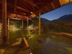 湯宿 嵯峨沢館:露天風呂【川の湯】狩野川のせせらぎを見渡せる石造りの露天風呂です