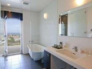 トランジット オーバーナイト ホテル:バスルームには、やさしい光が差し込みます