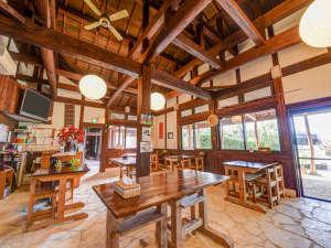 やど家たけのこ:*お食事処:木造の温かみある食堂
