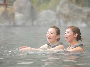 湯の瀬温泉 湯の瀬旅館:源泉かけ流し大露天風呂 女性には湯あみ着をご用意