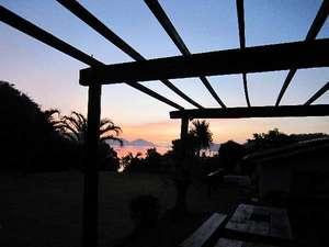ダイビング&ペンションRIKI:玄関から見える朝日