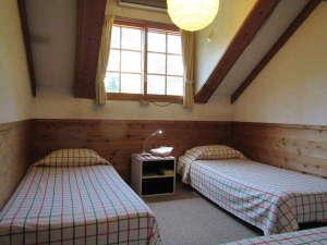 ペンション バンビ:山小屋風の3人部屋