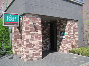 R&Bホテル熊谷駅前:ホテル入り口。熊谷駅北口又は東口より徒歩1分。R&B緑の看板が目印です。
