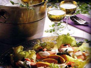 ホテルシャローム オークラクラシック:【夕食(一例)】ワインとサーモン、相性のよい組み合わせに舌鼓