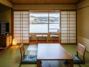 レイクサイド北潟湖畔荘:湖畔側の10畳タイプ和室。目的や人数に合わせベットのある和洋室、特別室のタイプもございます。