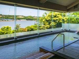 レイクサイド北潟湖畔荘:湖畔を望む絶景風呂。朝夕夜とも湖畔の表情が変わり癒される