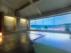 レイクサイド北潟湖畔荘:●大浴場もレイクビューが楽しめるように開放感のある大きな窓が♪温泉に浸かって日頃の疲労を回復。