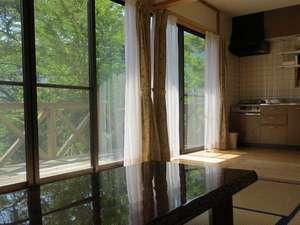 日当たりの良いテラスを備え、大きな窓で、大変明るいコテージです。