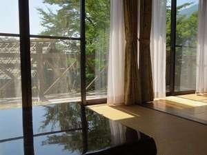 日当たりの良いテラスを備え、大きな窓で、大変明るいコテージです
