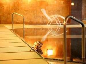 下呂温泉 和みの畳風呂物語の宿 小川屋:踏み心地柔らか♪小川屋名物100帖空間の畳風呂! 飛騨川を望み季節に染まる優雅な露天風呂も人気です。